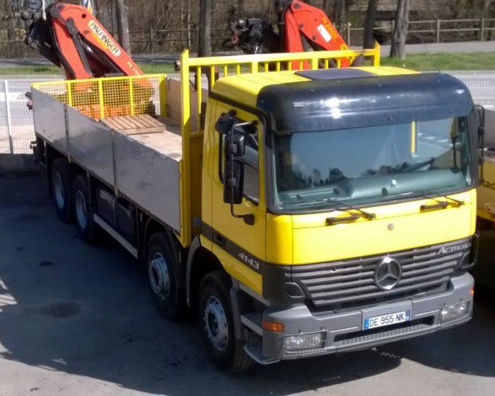 Camion Mercedes 32 Tonnes avec grue arrière