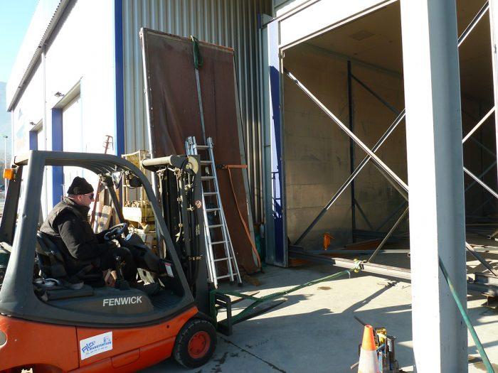 Déplacement de la cabine à l'aide d'un chariot élévateur et des tanker placés sous la structure